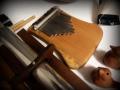 Kalimba pěkně přenáší zvukové vibrace skrze dřevo do rukou