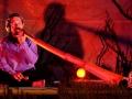 Smeykal hraje na didgeridoo