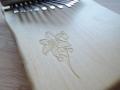 Kalimba - gravírovaná lilie na javoru